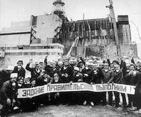 Arbeiter, die nach der Explosion einen Sarkophag über den Reaktor bauten. Foto: CHNPP