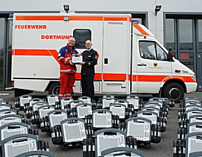 Der stellvertretende ärztliche Leiter des Rettungsdienstes Dr. Udo Schniedermeier  und Feuerwehrchef Dirk Aschenbrenner präsentieren die neuen Defibrillatoren