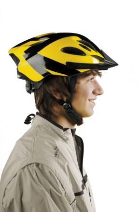 Sicher mit Helm (Foto: Martin Moritz, DGUV)