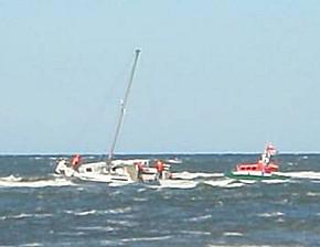 Das Tochterboot sicherte die havarierte Segelyacht (Foto: DGZrS)