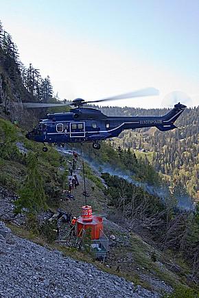 Löschwasserversorgung aus der Luft (Foto: BRK)