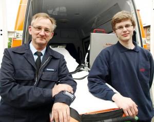 Sebastian Schiller (r.) ist der letzte Zivi im Rettungsdienst der Stadt. Robert Husemann (FD Brandschutz und Rettungsdienst) hofft auf viele Interessierte für den neuen Bundesfreiwilligendienst, der auch im Rettungsdienst der Stadt absolviert werden kann.