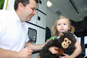 Lillys und ihr brauner Lieblings-Affe besichtigen den ASB-Rettungswagen (Foto: ASB)