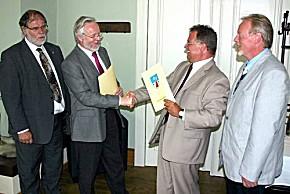 Dr. Henning Kellner, Dr. Burkhard Schröder, Jörg Grigoleit und Dr. Frank Heinrich bei der Unterzeichnung des Vertrages zur Durchführung des Rettungsdienstes im Havelland. (Foto: Kreis Havelland)