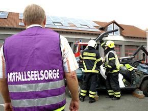 """Notfallseelsorge-""""Azubis"""" üben mit der Berufsfeuerwehr den Ernstfall. Foto: Feuerwehr Iserlohn"""