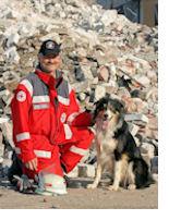 Rettungshund Brian ist einer der zehn Nominierten bei der Wahl. Hundeführer Michael Kielau aus Büchen hält die Daumen. Foto: DRK
