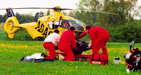 Versorgung eines verunglückten Motorradfahrers. Foto: ADAC