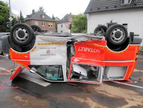 Das NEF blieb nach dem Unfall auf dem Dach liegen. Foto: Polizei Mettmann