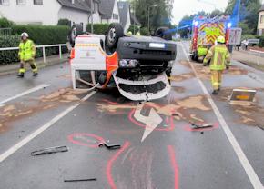 Die Feuerwehr Ratingen beseitigte auslaufende Betriebsstoffe. Foto: Polizei Mettmann