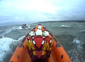 Britische Seenotretter filmen mit einer Helmkamera während der Einsätze. Foto: RNLI