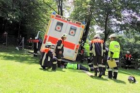 Mit 16 Einsatzkräften versuchte die Freiwillige Feuerwehr Anger den RTW zu stabilisieren. Foto: BRK