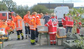 Während des stundenlangen Einsatzes versorgte eine Schnelleinsatzgruppe die Feuerwehr mit Essen. Foto: DRK-Region Hannover