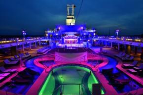 """Pooldeck der """"Mein Schiff 2"""" bei Nacht (Foto: TUI Cruises)"""