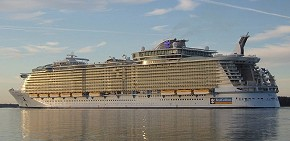 e-reine-Oasis_of_the_Seas,_October_30_2009