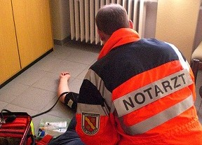 Notarzt behandelt Patient (Foto: Kreis Warendorf)