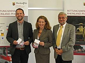 Ärztlicher Leiter Rettungsdienst (ÄLRD) Kaiserslautern, Dr. med. Marc Kumpch, Staatssekretärin Heike Raab und Ministerialdirigent Peter Grüßner bei der Übergabe des NAIK 2011.