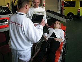 Durch den telemedizinisch ausgerüsteten Rettungswagen prifitieren rettungsasistenten noch am Notfallort vom Fachwissen eines Spezialisten. (Foto: Uni Magdeburg)