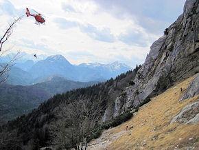 """""""Christoph 14"""" rettet einen Bergwanderer aus dem Goldtropf-Steig. Foto: BRK"""