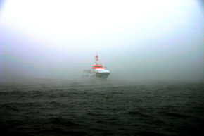 "Seenotkreuzer ""Hermann Marwede"" der Station Helgoland im Nebel. Foto: DGzRS"