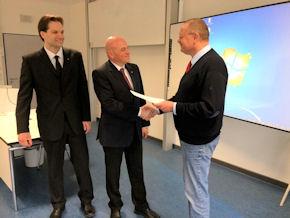 Gratulation zur bestandenen Prüfung: Martin Eickhoff, Kersten Enke, Dr. Uwe Lühmann (v. li.). Foto: Dr. Dag Danzglock/JUH