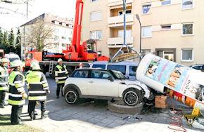 In München brachte ein Mini eine Litfaßsäule zu Fall. Foto: BF München