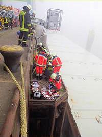Einsatzkräfte versorgen den abgestürzten Kapitän. Foto: BF Bremen