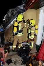 Feuerwehrleute inspizieren die Einsatzstelle. Foto: BF Ratingen