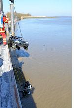 Drochtersen-Krautsand: Der in die Elbe gestürzte Pkw wird geborgen. Foto: Polizei