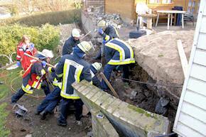 Essen: Feuerwehrleute befreien den verschütteten Arbeiter. Foto: FW Essen