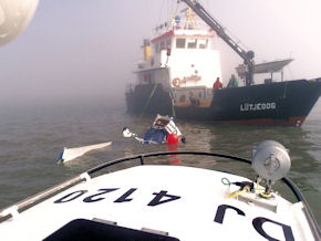 "Die ""Lütjeoog"" nach dem Absturz im Wattenmeer. Foto: DGzRS"