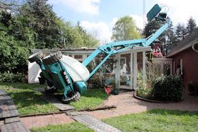 Der umgestürzte Hubsteiger liegt auf dem Dach des Wintergartens.