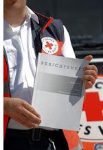 Berichtshefte sind für Praktikanten im Rettungsdienst ein ständiger Begleiter. Foto: Markus Brändli