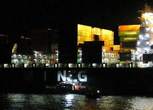 "Die ""Hermann Helms"" liegt längsseits an dem 330 Meter langen Containerschiff ""YM Uniformity"". Foto: DGzRS"