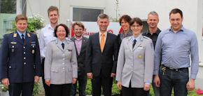 Gastgeber Ralf Sick (Mitte), Oberstärztin Dr. Nolte (3.v.l.), Oberstabsärztin Dr. Völker (3.v.r.), sowie weitere Teilnehmer. Foto: JUH