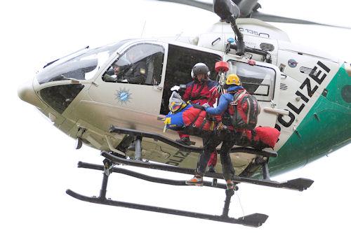 """""""Edelweiß 5"""" holt den Patienten und den Bergwacht-Notarzt per Winde ab. Foto: BRK BGL"""