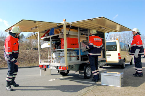 In speziellen Materialanhängern führen die Einsatzkräfte die komplette Ausstattung mit, die sie für einen Betreuungseinsatz benötigen. Foto: Malteser