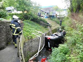 Der abgestürzte Pkw im Herdecker Bach. Foto: FW