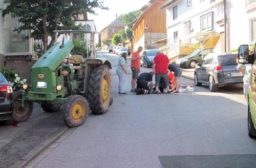 Hauptstraße in Hellental: 24jähriger vom Traktor überrollt. Foto: Polizei