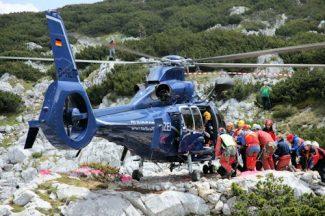 Mit einem Hubschrauber der Bundespolizei wird der verletzte Höhlenforscher in die Klinik geflogen. Foto: Bundespolizei