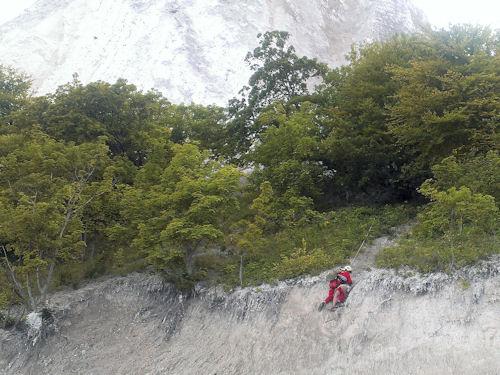 Ein Höhenretter bringt den Jungen sicher zum Strand. Foto: Polizei