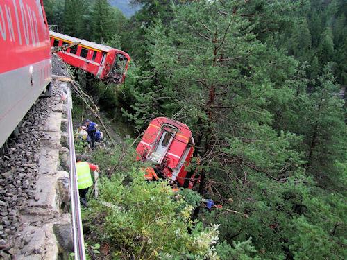Elf Personen wurden bei einem Bahnunglück in Graubünden verletzt. Foto: Polizei
