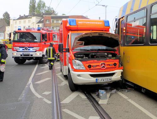 Essen: Rettungswagen der Feuerwehr kollidiert mit Straßenbahn. Foto: BF Essen