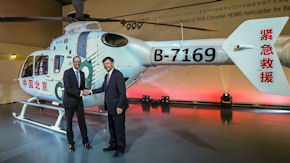 "Wolfgang Schoder, CEO Airbus Helicopters Germany, übergibt die EC 135 an LI Libing, Generaldirektor des ""999 Center"". Helicopters Germany, übergibt die EC 135 an LI Libing, Generaldirektor des ""999 Center""."