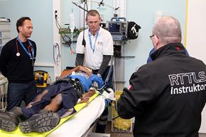 Erfahrene Instruktoren bereiten Rettungskräfte auf ihre Aufgaben bei Motorsportveranstaltungen vor.