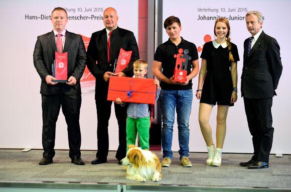 Gewinner des Hans-Dietrich-Genscher-Preises, Rico Berger und Axel Voigt, Sonderpreisträger Finn Scheuring, Gewinner des Johanniter-Juniorenpreises Jordan Raß, Laudatoren Lina Larissa Strahl und Dr. Oskar Prinz von Preußen.