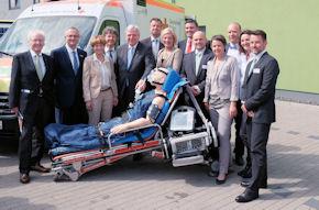 Der hessische Ministerpräsident Volker Bouffier (5. v. li.) eröffnete in Marburg das neue Simulationszentrum.
