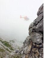 Aufgrund von Nebel und schwierigen Sichtflug-Bedingungen konnten die weiteren Einsatzkräfte nur unterhalb der Unfallstelle abgesetzt werden.