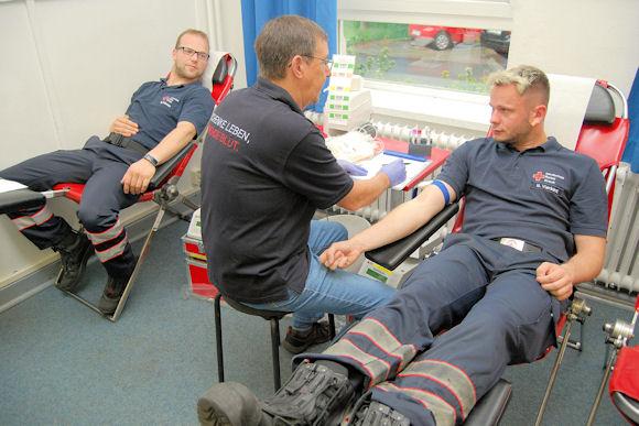 Rettungsdienst-Mitarbeiter des DRK in Verden bei der Blutspende. Foto: DRK