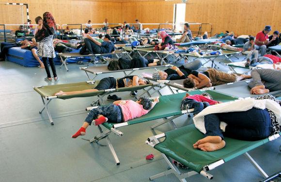 Fluechtlinge im Notlager