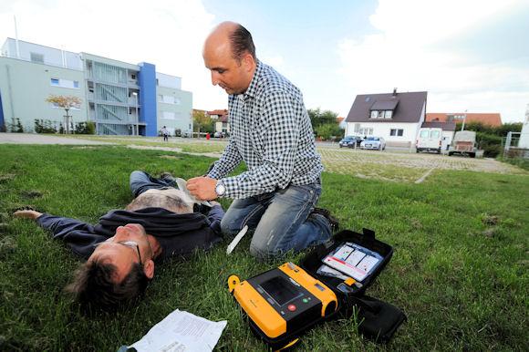 AED_Defibrillator_einsetzen